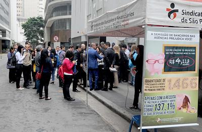Bancários protestam contra demissões no Bradesco na Nova Central