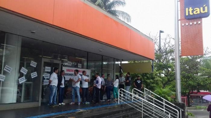 Bancários de Campina Grande paralisam Itaú contra demissões